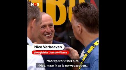 Hilarisch: Louis van Gaal legt ploegleider Jumbo-Visma uit hoe je een massaspurt moet aanpakken