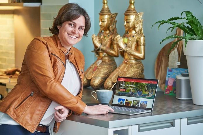 """Mireille Steegmans, van Kleine Wereldreiziger. De twee gouden Boeddhabeelden komen uit Thailand, waar Mireille en Leo de Birma-spoorweg bezochten. Leo's opa heeft daaraan moeten werken, terwijl zijn oma in een Jappenkamp zat. Ze hebben het allebei overleefd en er is nooit meer over gepraat, maar het heeft veel effect gehad op de familiegeschiedenis. ,,Deze beelden staan dus voor een heel familieverhaal en zijn voor ons de basis om te denken: geniet van iedere dag in vrijheid."""""""
