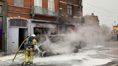 Bestelwagen brandt volledig uit op Ninoofsesteenweg
