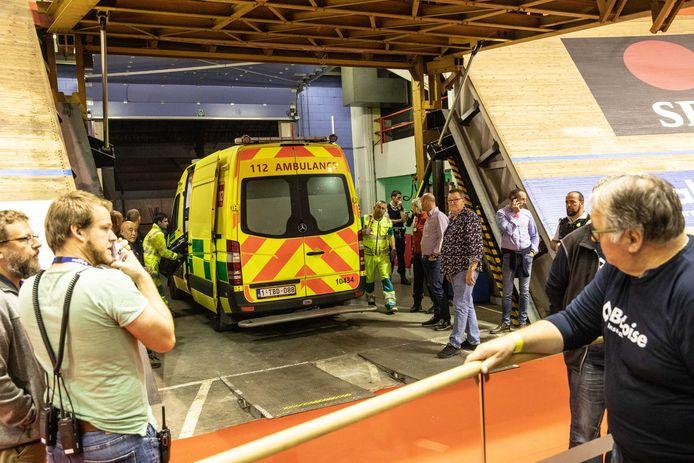 Na de zware valpartij op de Zesdaagse werd de nooddeur van de piste geopend, waarop een ziekenwagen en een MUG tot op de piste kwamen rijden.