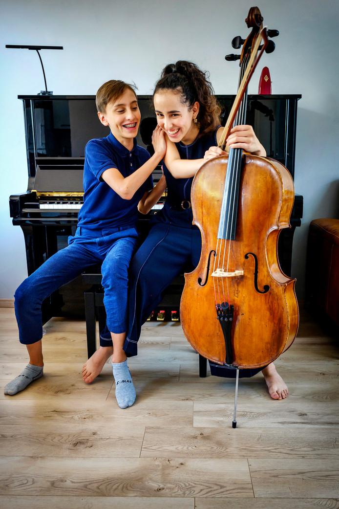 Jure (13) en Lola (14) Jurakic, pianist en celliste.