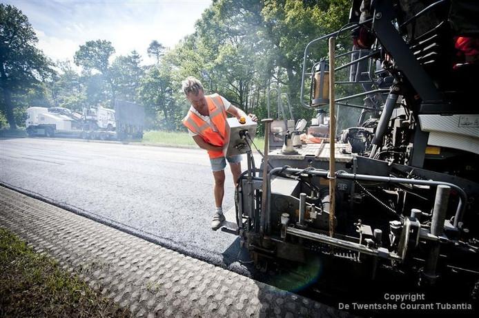 Veel wegen krijgen graskeien om te voorkomen dat het asfalt af brokkelt. Maar ook de graskeien moeten op een stabiele ondergrond worden gelegd.
