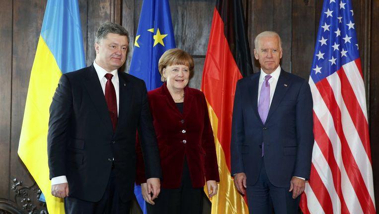 De Oekraïense president Porosjenko, de Duitse bondskanselier Angela Merkel en de Amerikaanse vice-president Joe Biden op de vredesconferentie in München. Beeld reuters