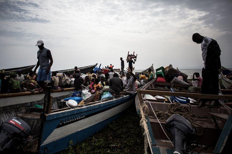 Ontheemde Congolezen proberen met boten vanuit Congo naar Oeganda te vluchten over het Albertmeer.