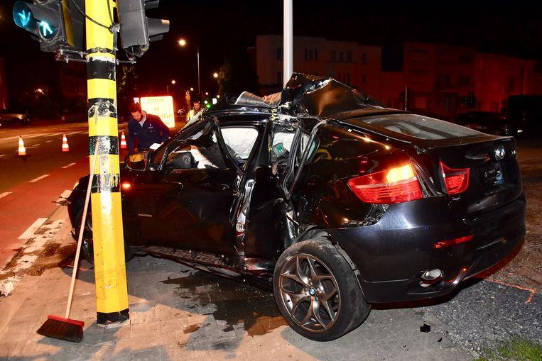 De BMW X6 sloeg ter hoogte van het linkerachterportier te pletter tegen het verkeerslicht, een geluk bij een ongeluk voor de bestuurder.
