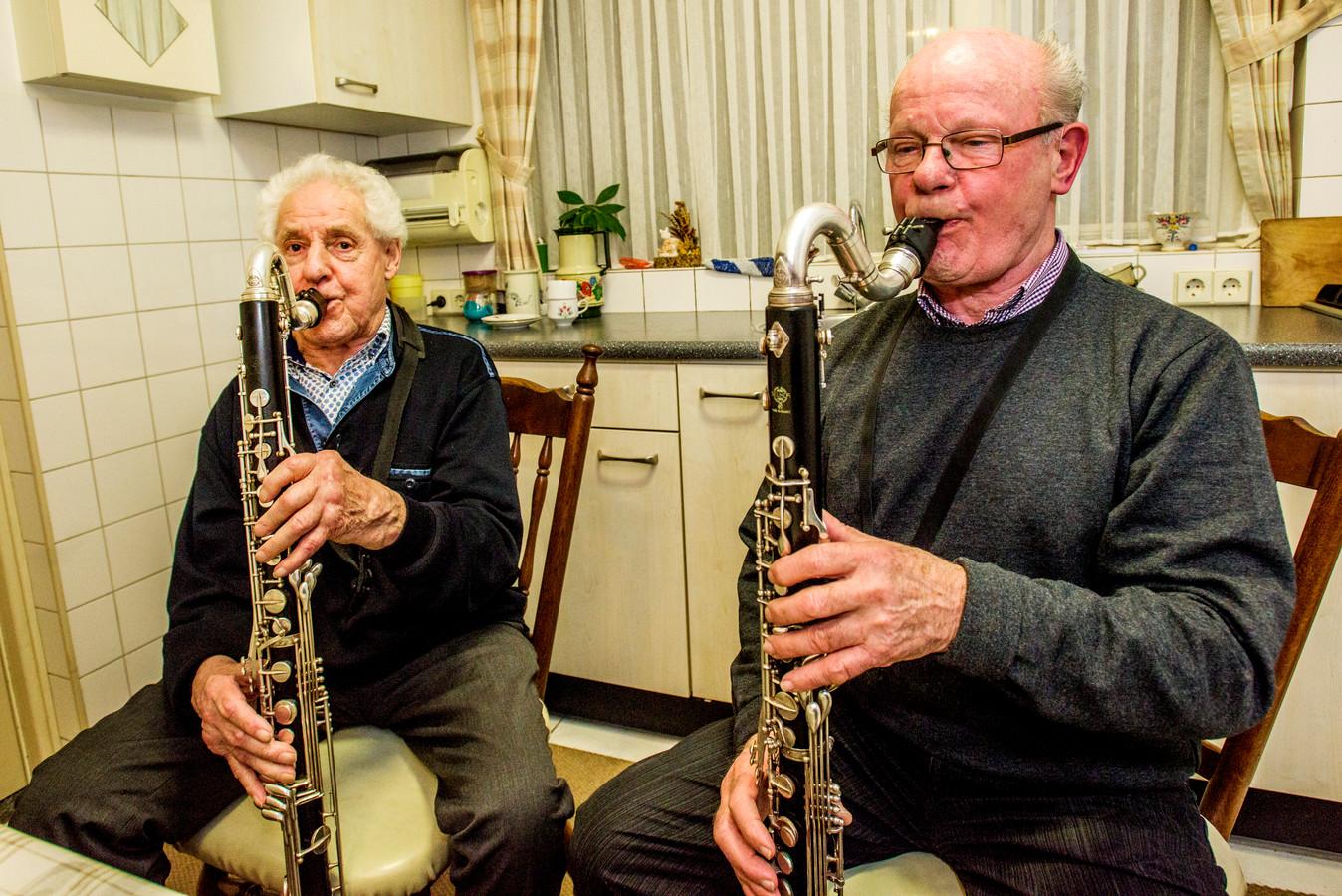 Rinie Goutziers en Wil Hamers zitten 70 jaar bij de Harmonie