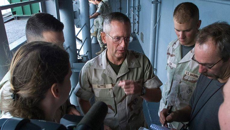 James Mattis (in het midden) praat journalisten in 2001 bij over de Amerikaanse missie in Afghanistan. Beeld epa
