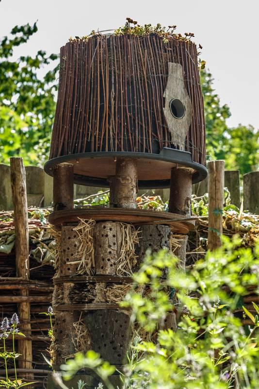 Het dierenhotel achterin de tuin van Wil en Marion.