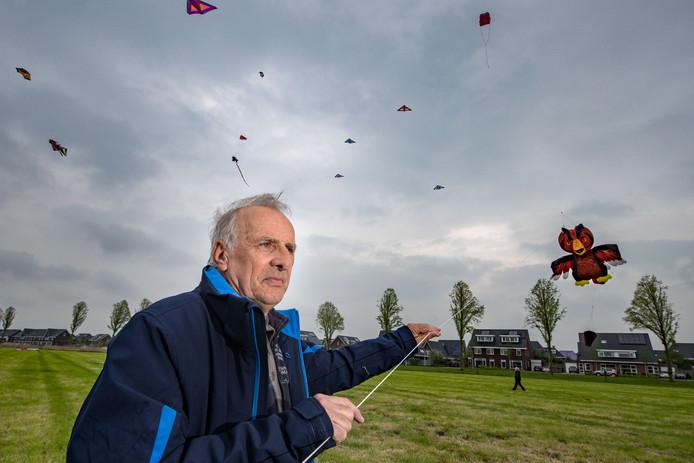 Gert Kerssies (70) uit Coevorden bij het vliegerfestival bij de wijk Emmelhage in Emmeloord