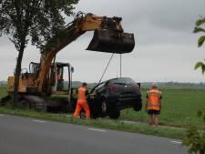 Auto rijdt boom omver en belandt in sloot in Nijkerk