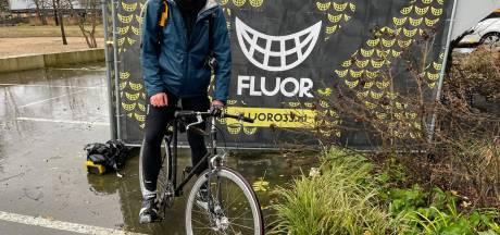 Stefan (32) fietst land door om geld op te halen, Amersfoorter schiet te hulp na kapotte fietsband