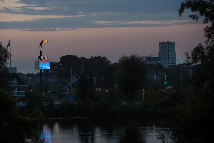 De lichtreclame aan de Bossche Randweg bij het Van der Valk Hotel.