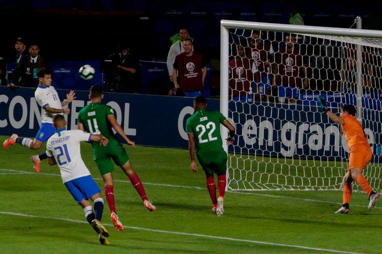 Philippe Coutinho kopt de tweede goal voor Brazilië binnen. Beeld AFP