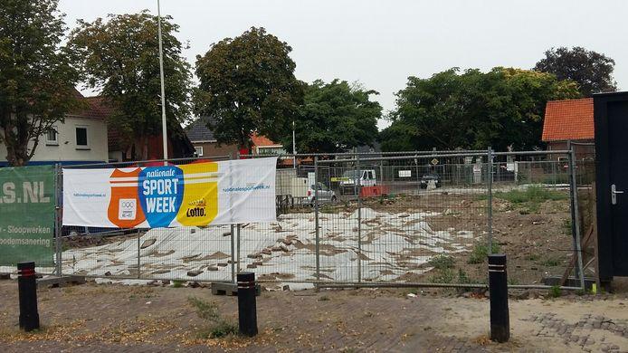 Het terrein op de hoek Plein- Akkerstraat in Vlijmen toen het nog gesaneerd moest worden. Het terrein ligt nog steeds braak.
