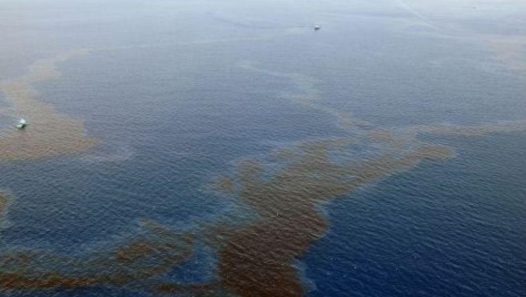 Een helikopterpiloot merkte de vervuiling, die over vele vierkante kilometers zichtbaar was, eerst op.