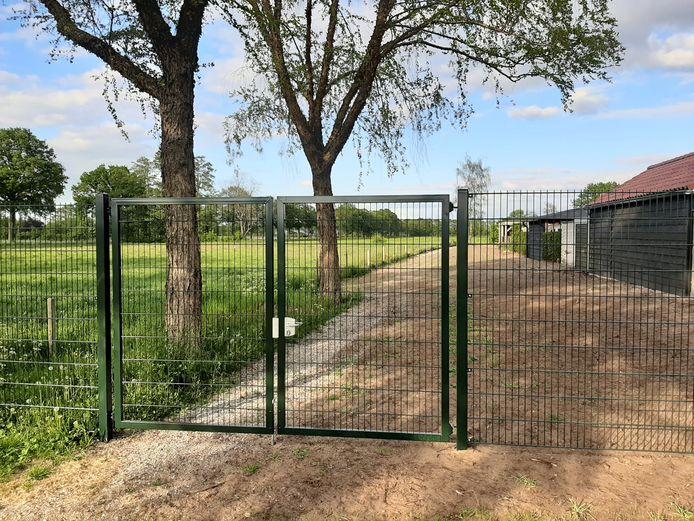 Dit net geplaatste hekwerk moet weer worden verwijderd, omdat de gemeente Hellendoorn voor het verwijderen van een struinpad aan de Vroegeling en plaatsen van deze hekken niet de juiste procedure heeft gevolgd.