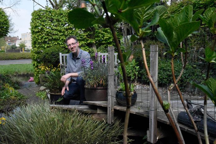 Tuinarchitect Gerard Overbeek in zijn tuin.
