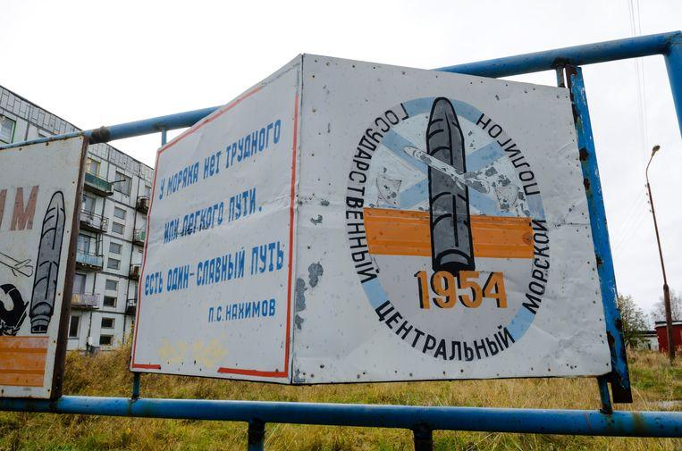 De ingang van het militair terrein bij de plaats Nyonoksa in de regio Archangelsk in het noorden van Rusland.