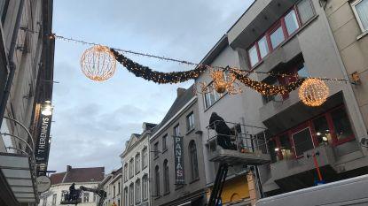 Kerstverlichting brandt al in winkelstraten