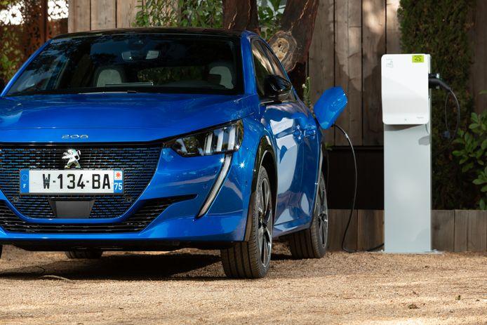 De nieuwe Peugeot 208 is voor het eerst ook als volledige elektrische auto verkrijgbaar.