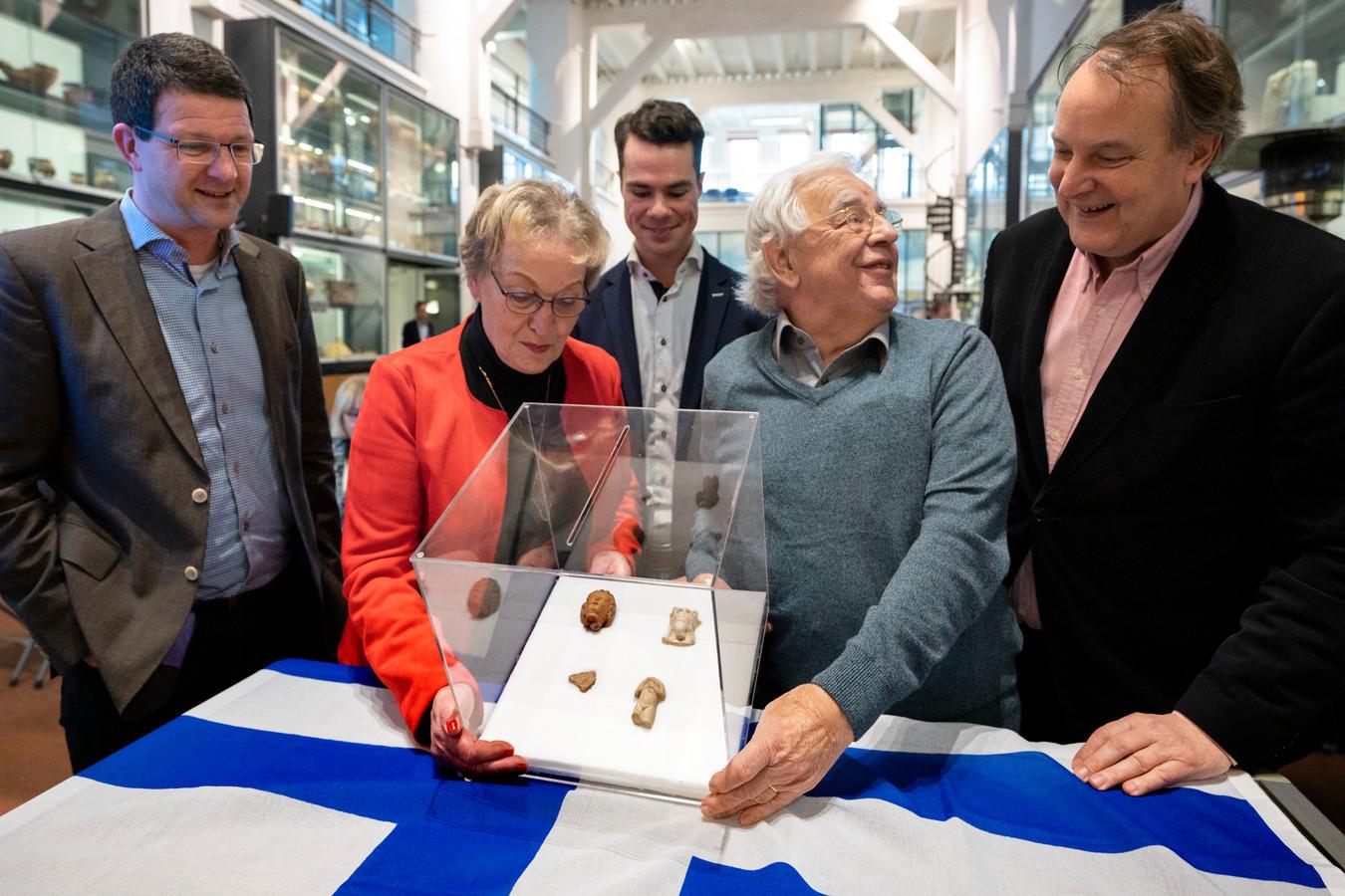 Een deel van de vondsten wordt overgedragen in het Groot Tuighuis in Den Bosch. Vlnr: Jaap Claerhoudt (Op die Dunghen), weduwe Jeanne van der Sanden van amateurarcheoloog Frans van der Sanden, wethouder Peter Raaijmakers (Sint-Michielsgestel), Rien van Nuland (ook bij opgravingen Eikendonk betrokken) en wethouder Huib van Olden van Den Bosch.