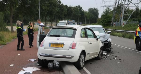Frontale botsing in Harderwijk: één bestuurder met spoed afgevoerd.