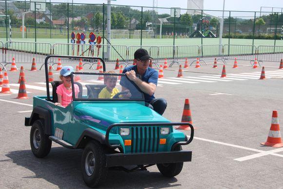 Een ritje in een mini-jeep maakte deel uit van Roefeldag 2019 in Lede.