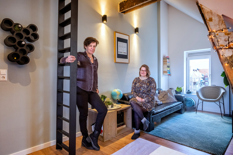 Moeder Monique van Waes kocht voor haar dochter Inge van Dieën (r) een zolderwoning in de Amsterdamse wijk Transvaal.