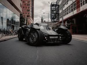 """Les propriétaires de la Batmobile: """"La police nous contrôle tout le temps... pour un selfie"""""""