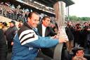 Huub Stevens na de UEFA Cup-eindzege in 1997 met Schalke 04.