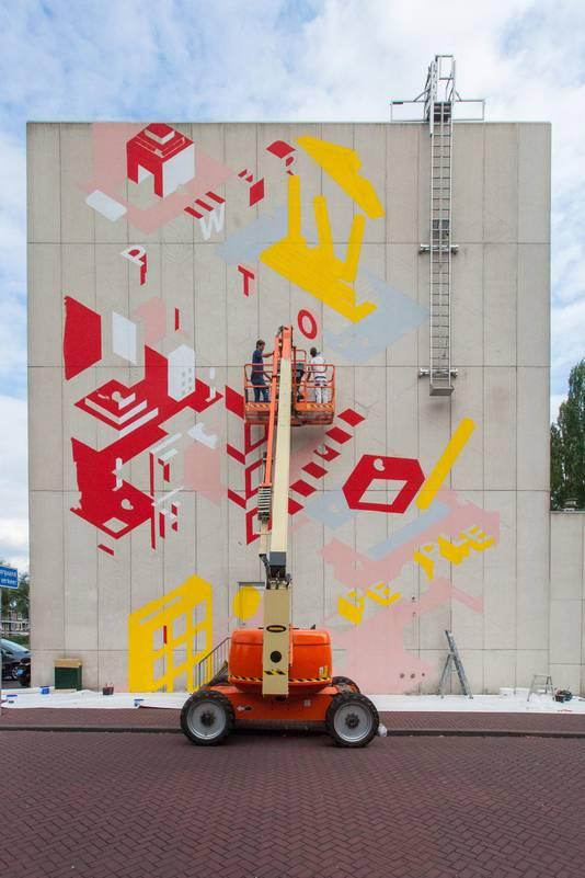 De muurschildering op het Stadskantoor in de beginfase.