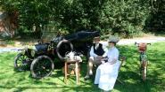Picknicken in belle époque-stijl tussen oldtimers