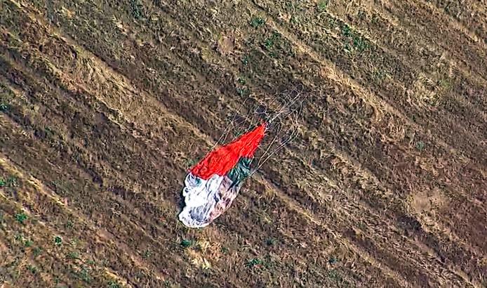 De parachute van de piloot, die zich met zijn schietstoel in redding wist te brengen.