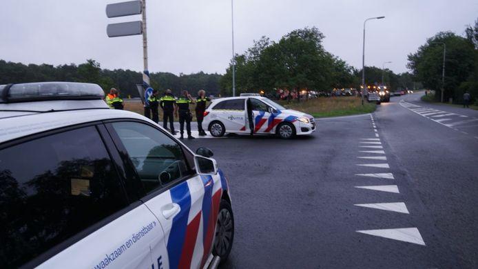 De politie was zaterdagavond paraat bij de oprit van de A1 bij Bathmen. Normaal verkeer kon wel gewoon de snelweg op.