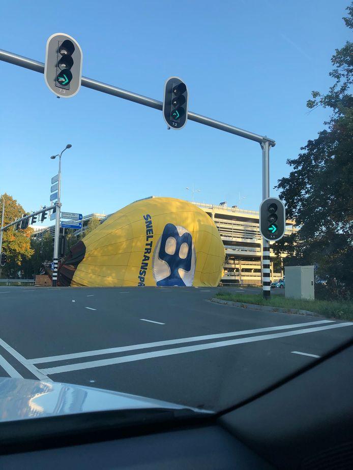 Een luchtballon landde donderdagavond op een wel heel bijzondere locatie in Den Bosch.