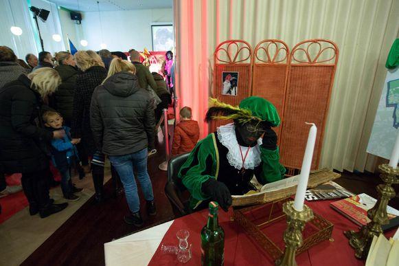 Anderen zijn dan weer nieuwsgierig naar wat Zwarte Piet uitvoert.