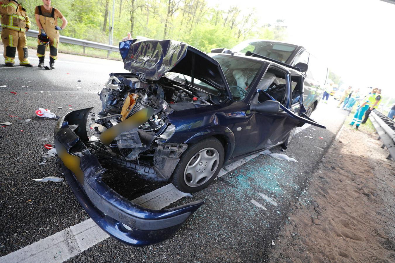 Twee van de betrokken voertuigen na het ongeval op de A58 bij Best.