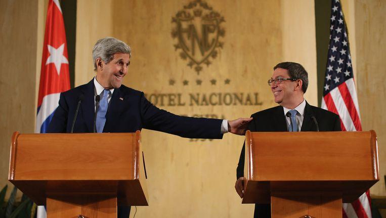 Amerikaans minister van Buitenlandse Zaken John Kerry en zijn Cubaanse collega Bruno Rodriguez Parrilla.