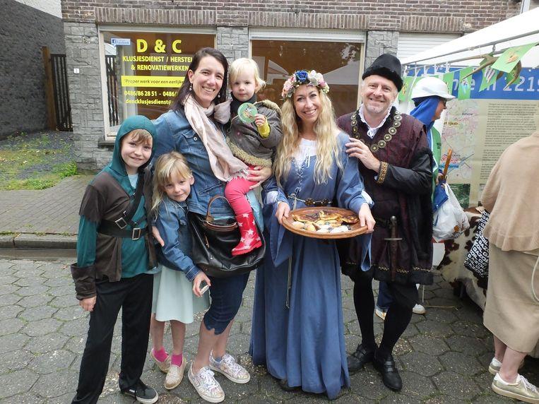 Kaat en haar dochters Lotte en Noor kregen van de medewerkers van RAAP uitleg over de middeleeuwse geschiedenis van Deinze.
