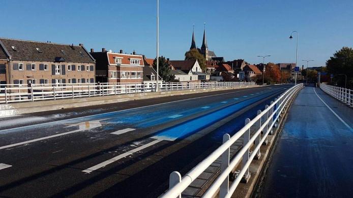Vooral blauwe verf op de Wilhelminabrug, icoon van Deventer.