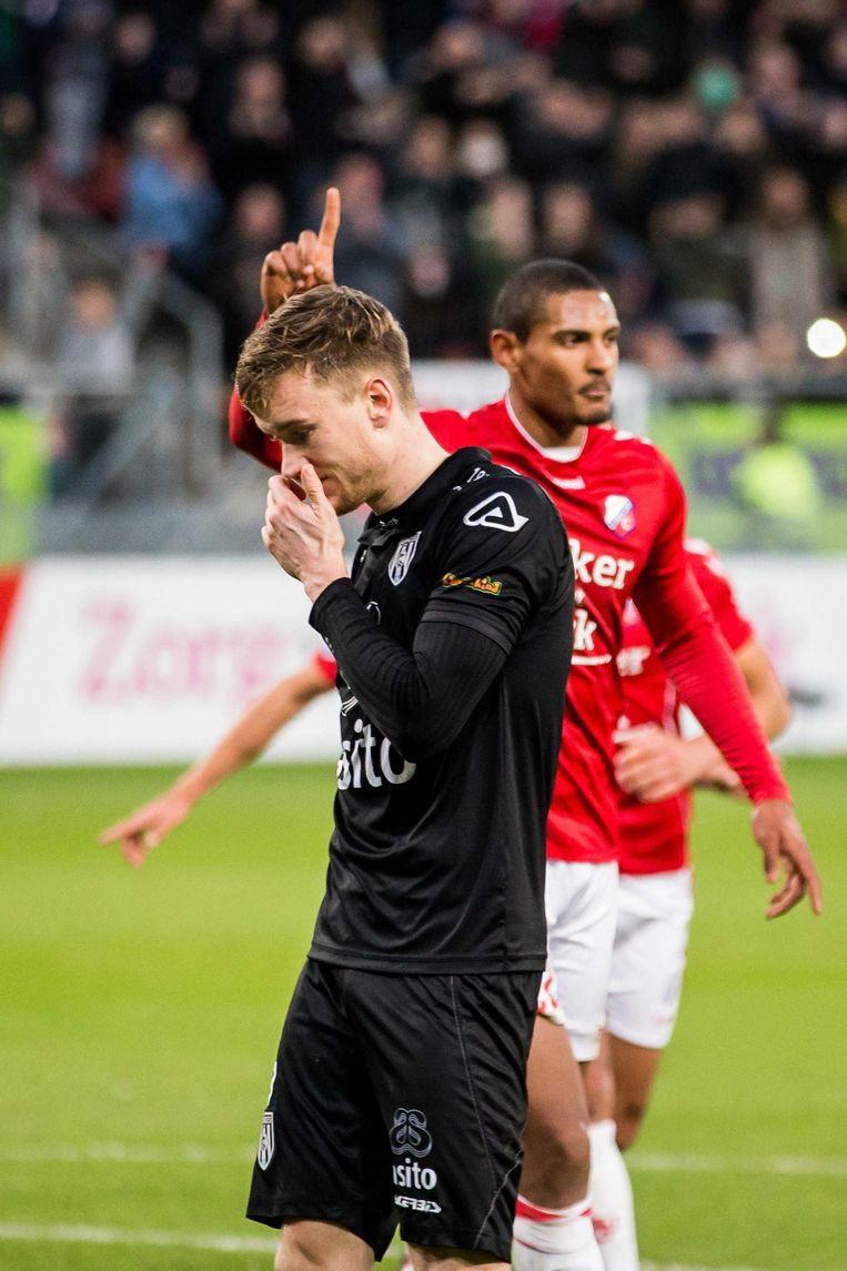 Mike te Wierik (l) van Heracles baalt na de 2-0 van Sebastien Haller. Beeld ANP
