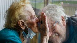 Verdwijnen bejaarden binnenkort weer achter glas wegens tekort aan testen? Preventieve testen personeel opgeschort