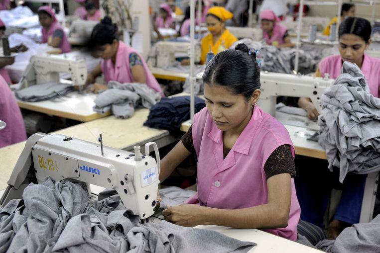 De laatste jaren is er meer westerse aandacht voor de werkomstandigheden in textielfabrieken in Azië, en enige druk om daar verbetering in te brengen. Beeld AFP