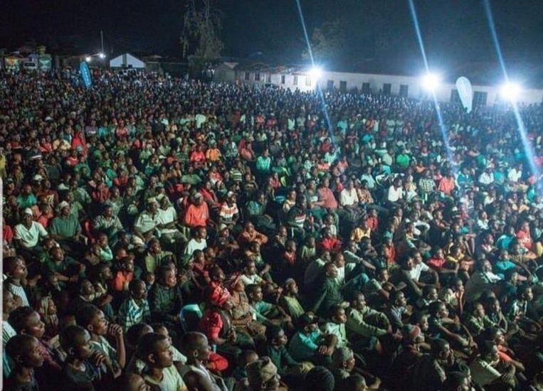 De duizenden fans in Tanzania.
