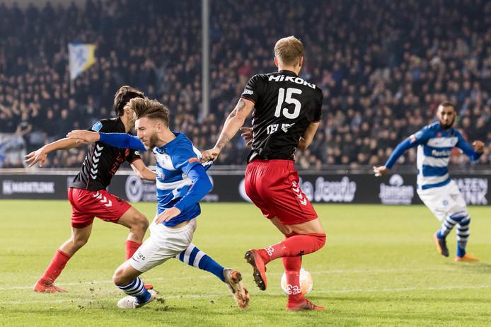 Het 'penaltymoment' van Fabian Serrarens. De aanvaller van De Graafschap wordt onderuit getrokken door FC Utrecht-verdediger Timo Letschert.