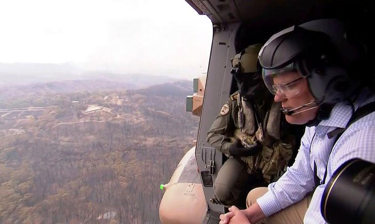 De Australische premier Scott Morrison bekijkt vanuit een helikopter de door de branden aangerichte schade in Gospers Mountain, New South Wales.