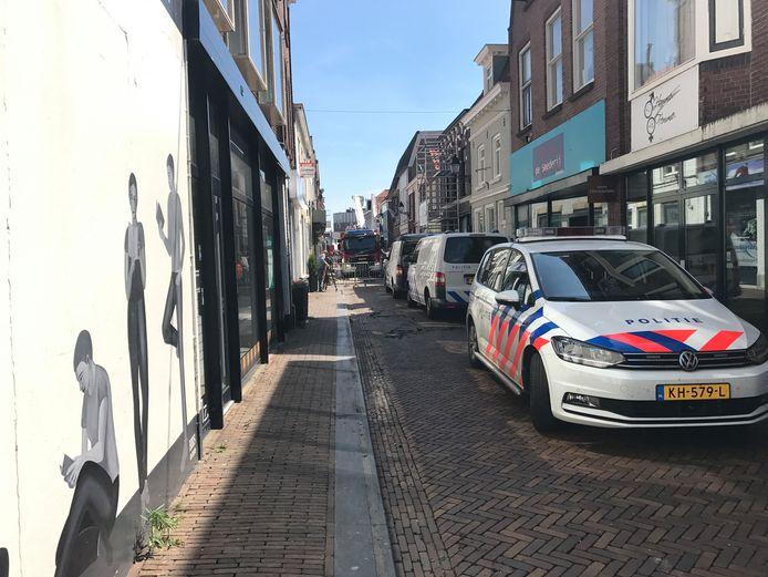 De Hoogstraat in Leerdam is de ochtend na de brand nog steeds afgesloten. Mensen praten na over de brand in een winkelpand in die straat.