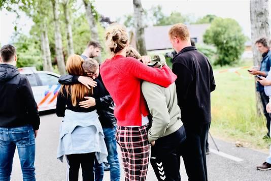 Omstanders bij de afzetting bij de Middendijk tijdens de zoektocht naar het vermiste meisje Loes uit Epe. Tijdens de zoekactie is een lichaam gevonden bij de Vloeddijk.