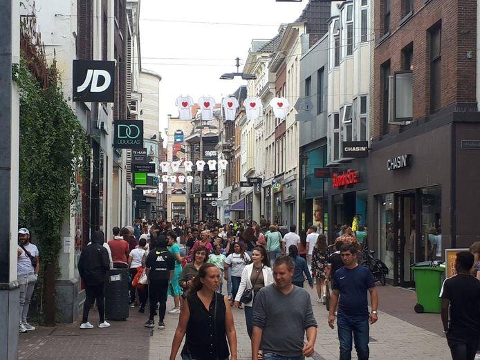 Het is zo druk in de Arnhemse binnenstad dat de 1,5 meter regel niet kan worden gehandhaafd.