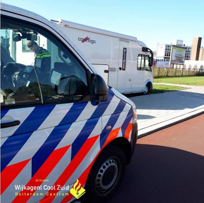 De politie heeft een man op heterdaad betrapt toen hij onderdelen van een camper wilde stelen.